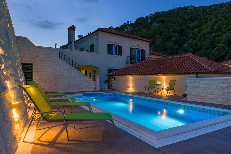 Apartemnts_with_pool_in_Croatia